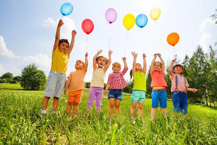 Дети запускают в небо воздушные шары