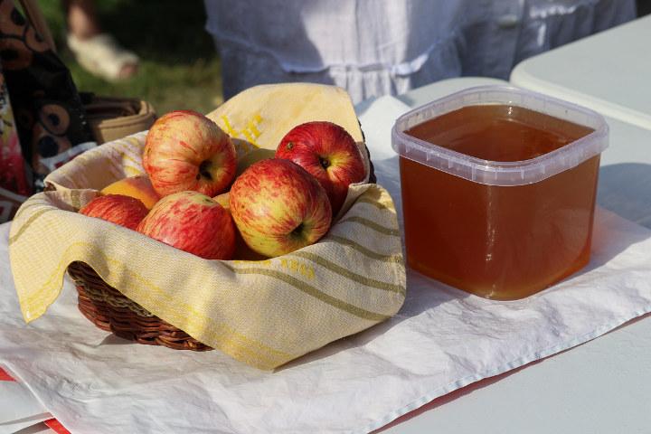 яблоки и мед на столе