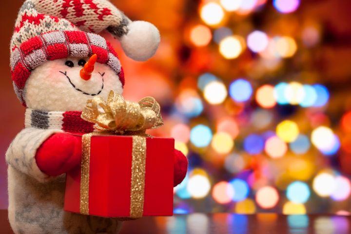 Снеговик несет подарок