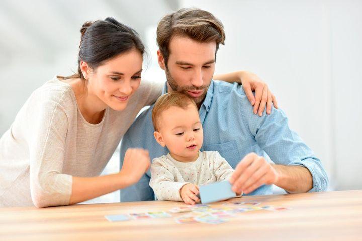 Семья делает оригами
