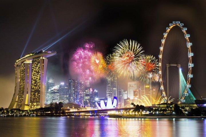 новогодние декорации и фейерверк в Сингапуре