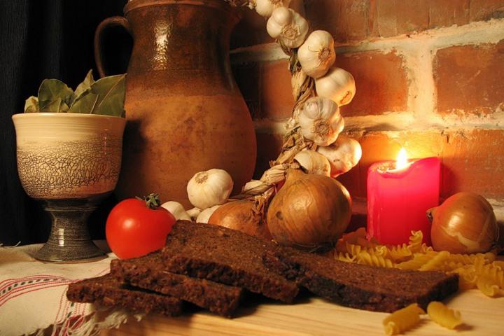 хлеб, свеча, бокал молока, кувшин и чеснок с луком
