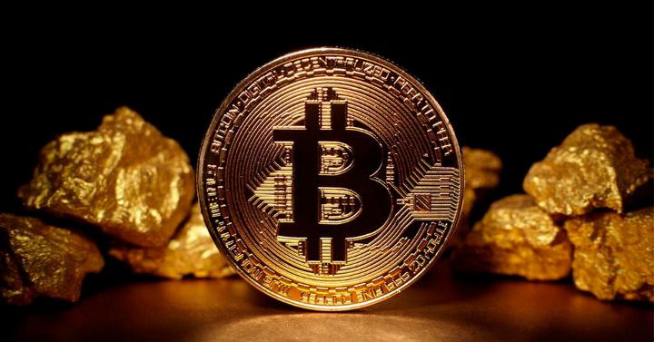 монета биткоина и золото