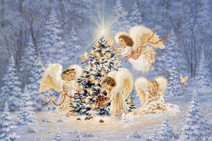 ангелы рядом с елкой