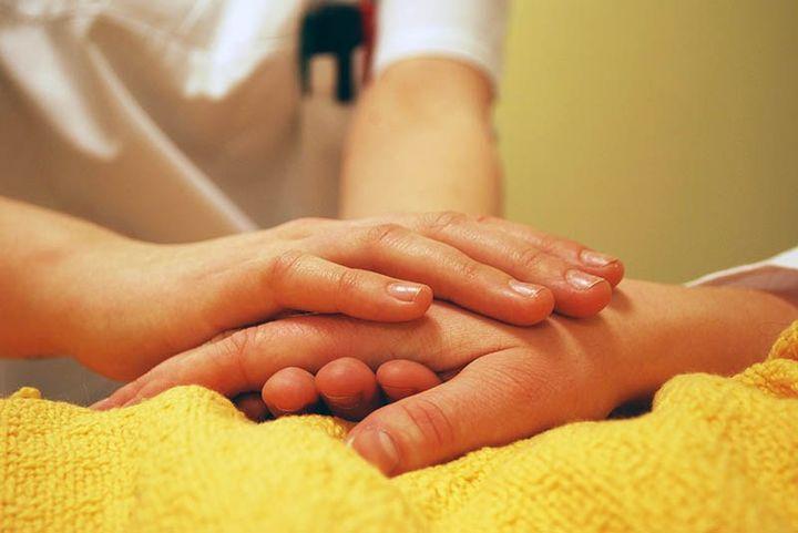 Женская рука лежит на мужской