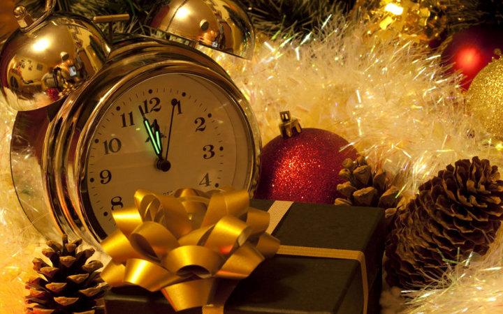 часы, подарок и елочные украшения