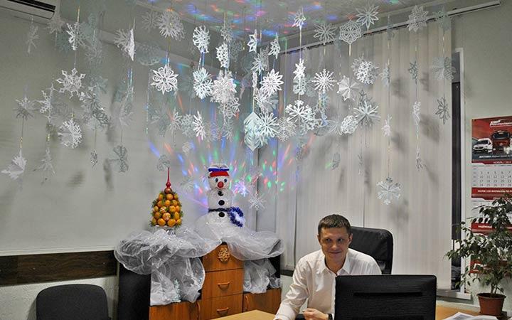 Снежинки в новогоднем украшении кабинета