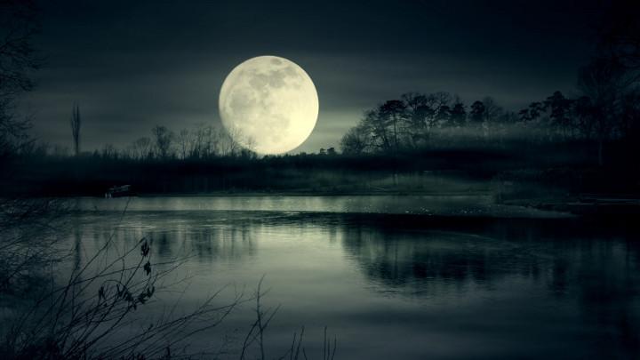 полная луна над озером