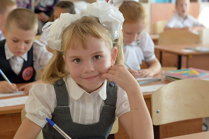 Школьница с бантами