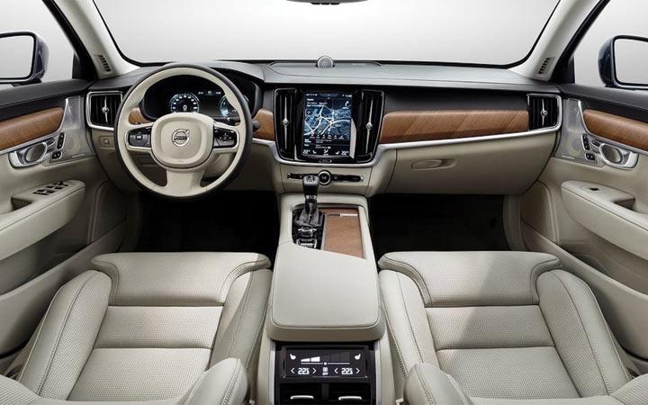 Интерьер Volvo S60 2019 года выпуска